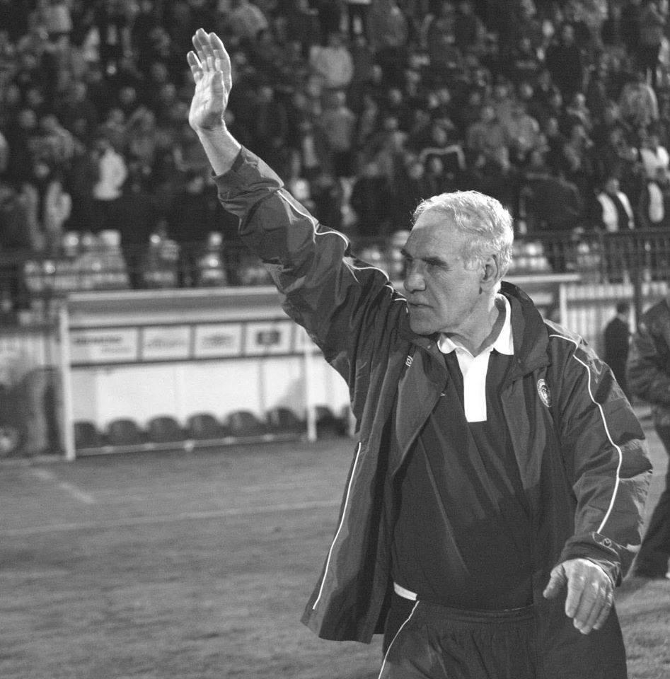 Ο Γιάννης Μώραλης αποχαιρετά τον Νίκο Αλέφαντο