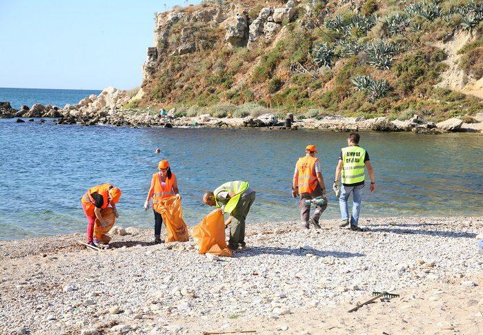 Εργασίες καθαρισμού στα Βοτσαλάκια από τον Δήμο Πειραιά