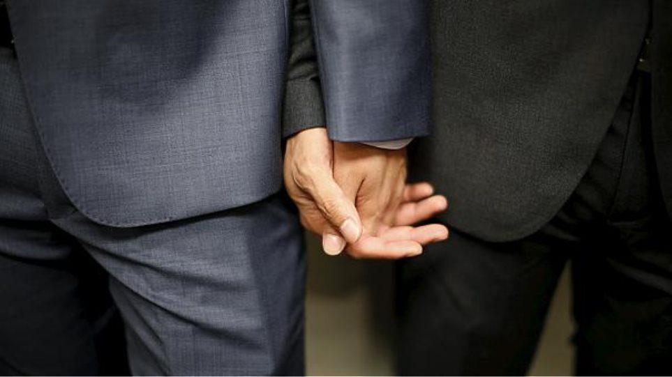 Ο Μπογδάνος ζητάει να επιτραπεί ο πολιτικός γάμος μεταξύ ομοφύλων