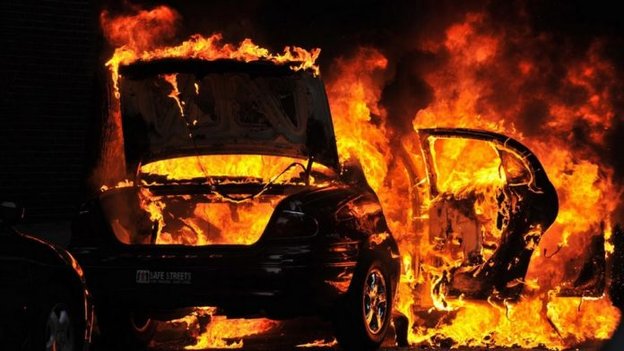ΤΩΡΑ: Φωτιά σε σχολικό στην Εθνική Οδό