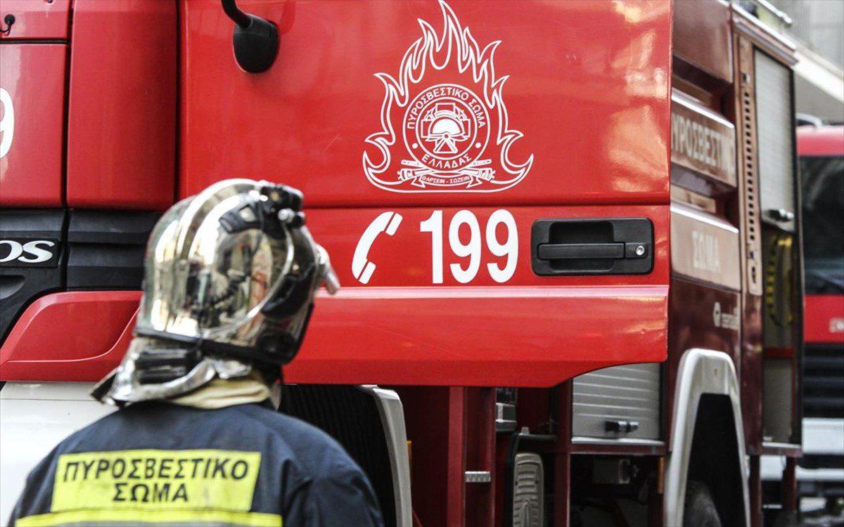 Τυλίχτηκε στις φλόγες αμάξι στη Σαλαμίνα