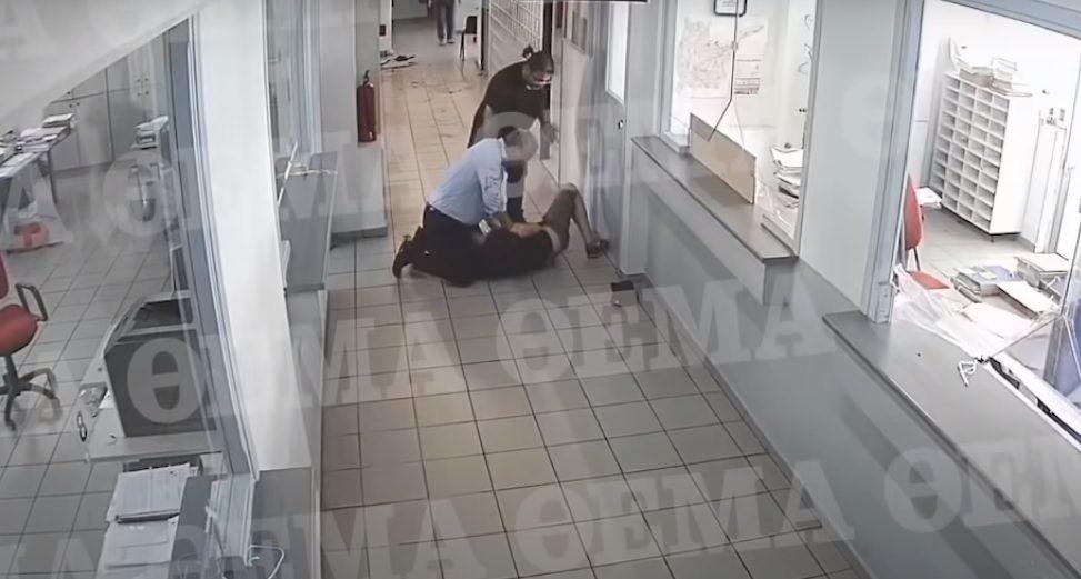 Συγκλονιστικό βίντεο: Η επίθεση με τσεκούρι στην εφορία της Κοζάνης (vid)