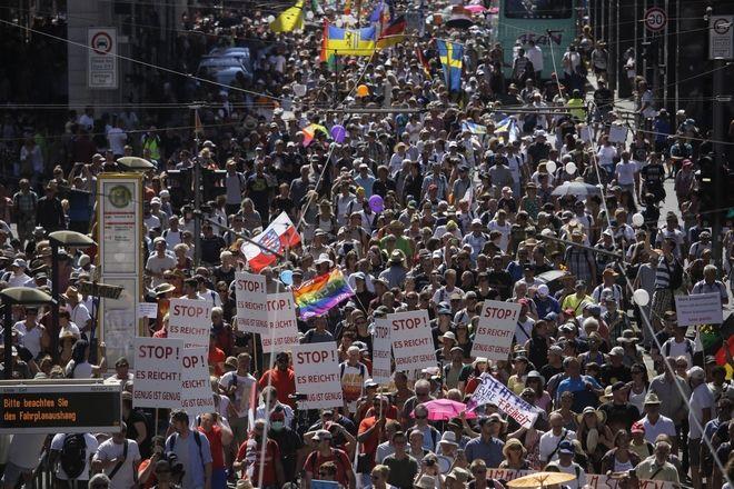 Δεκάδες χιλιάδες αρνητές της πανδημίας διαδηλώνουν στη Γερμανία