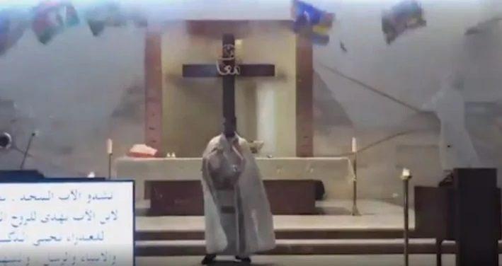 Η στιγμή της έκρηξης στη Βηρυτό – Ιερέας πλακώθηκε από τα συντρίμμια την ώρα που λειτουργούσε (video)