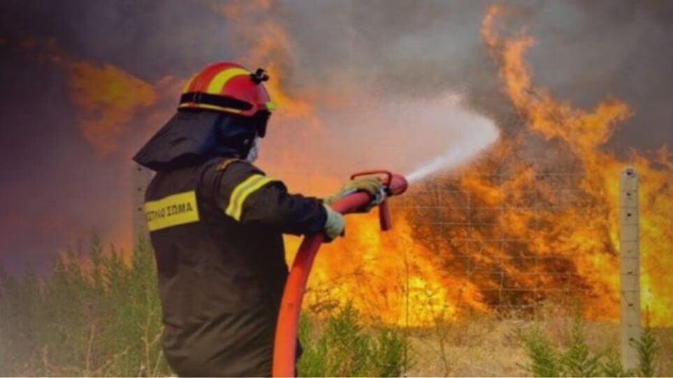 Καίγονται σπίτια στη Σταμάτα - Εκτός ελέγχου η φωτιά