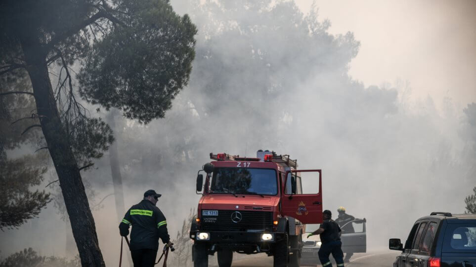 Ελλάδα: Ελικόπτερο ανεφοδιάζεται και διερχόμενο αμάξι περνάει από κάτω (βίντεο)