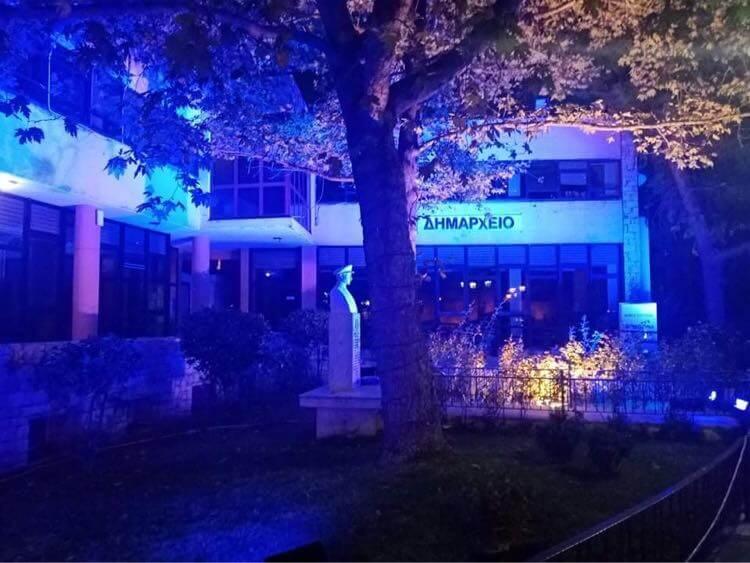 Στα μπλε «ντύθηκε» το Δημοτικό Κτίριο Μαγούλας