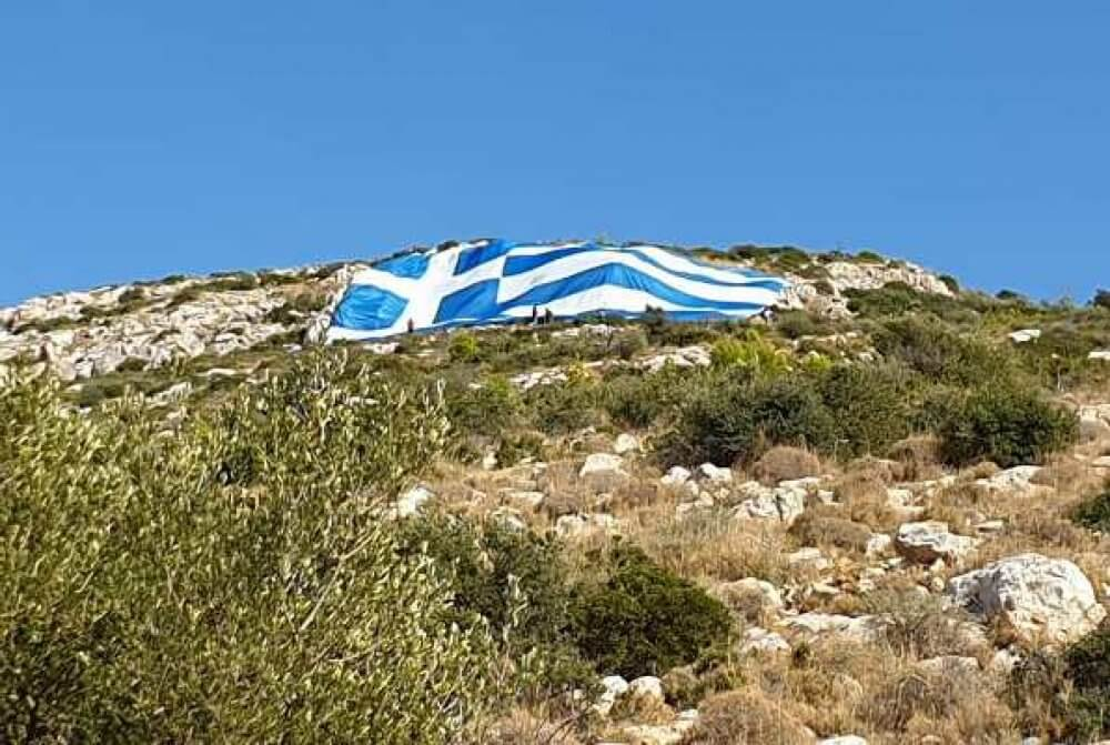 Ελληνική σημαία 800 τετραγωνικών στη Γλυφάδα