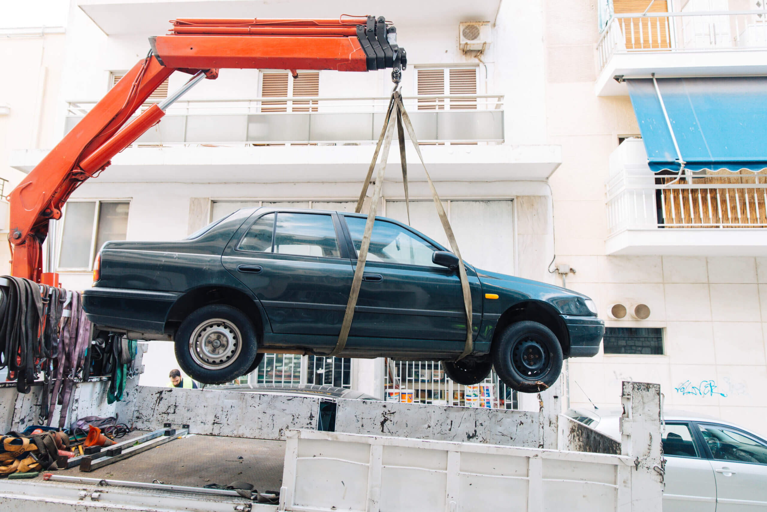 Πάνω από 2.300 εγκαταλελειμμένα οχήματα απομακρύνθηκαν από τον Δήμο Αθηναίων