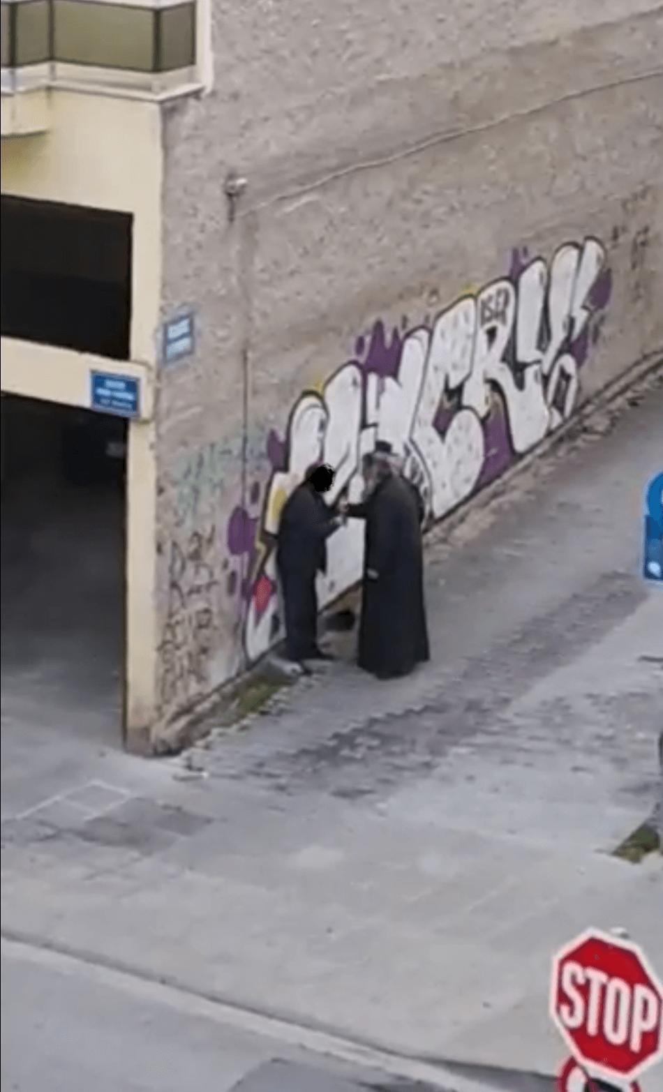 ΣΟΚ : Ιερέας χαστουκίζει πολίτη σε γειτονιά της Κοζάνης