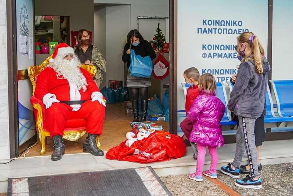 Γλυφάδα : Βιβλία και παιχνίδια μοίρασε ο Άγιος Βασίλης στα παιδιά
