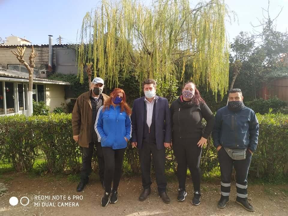 Στο πλευρό των επιμελητών Κήπων και των εργαζομένων στο Φυτώριο του Δήμου, ο Αντιδήμαρχος Περάματος Θεόδωρος Β. Τερζής