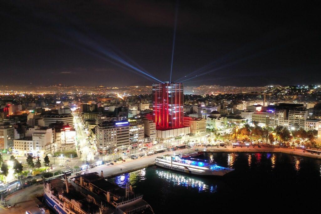 Υπερθέαμα στον Πειραιά : Φαντασμαγορικές εικόνες από την φωταγώγηση του Πύργου