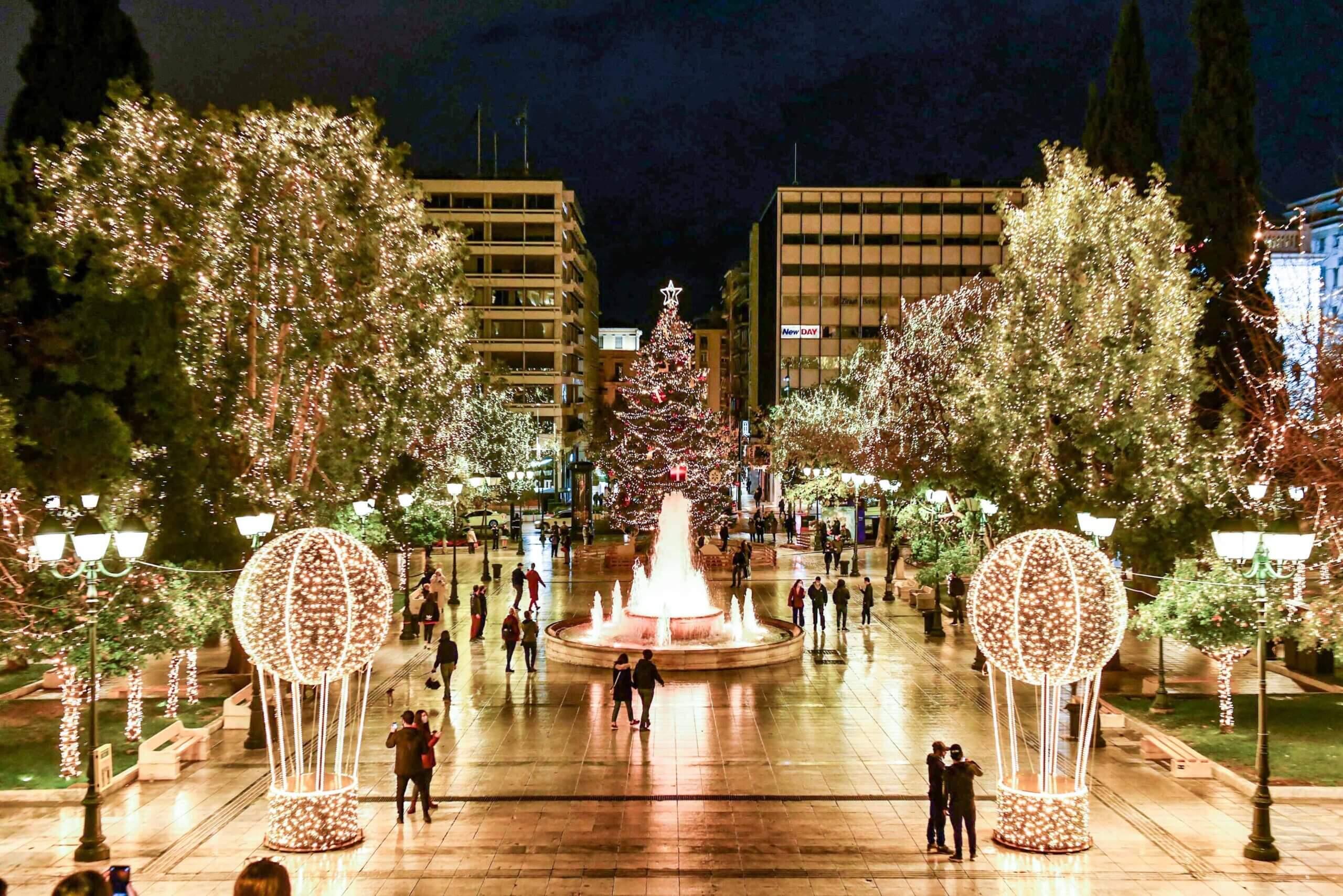 Μια Αθηναϊκή χριστουγεννιάτικη ιστορία (Φώτο + Ταινία) - Ο Δήμος Αθηναίων ανάβει το Χριστουγεννιάτικο δέντρο, αλλιώς...