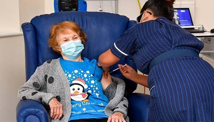 Η 90χρονη Μάργκαρετ έκανε το πρώτο εμβόλιο στην Βρετανία