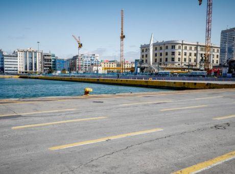 Πτώση οχήματος στη θάλασσα με έναν επιβαίνοντα στον Πειραιά