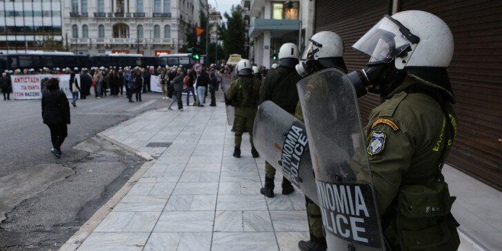 Αστυνομικοί των ΜΑΤ σβήνουν φωτιά στο πόδι διαδηλωτή που είχε ρίξει μολοτόφ