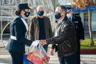 Εθιμοτυπική προσφορά δώρων σε τροχονόμους από την Πολιτική και Φυσική Ηγεσία της Ελληνικής Αστυνομίας
