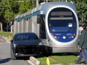 Σύγκρουση τραμ - αυτοκινήτου στη Γλυφάδα
