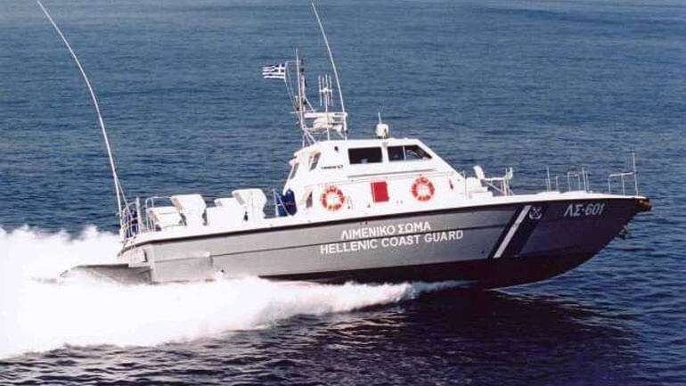 Ακυβέρνητο σκάφος στη θάλασσα της Σαλαμίνας