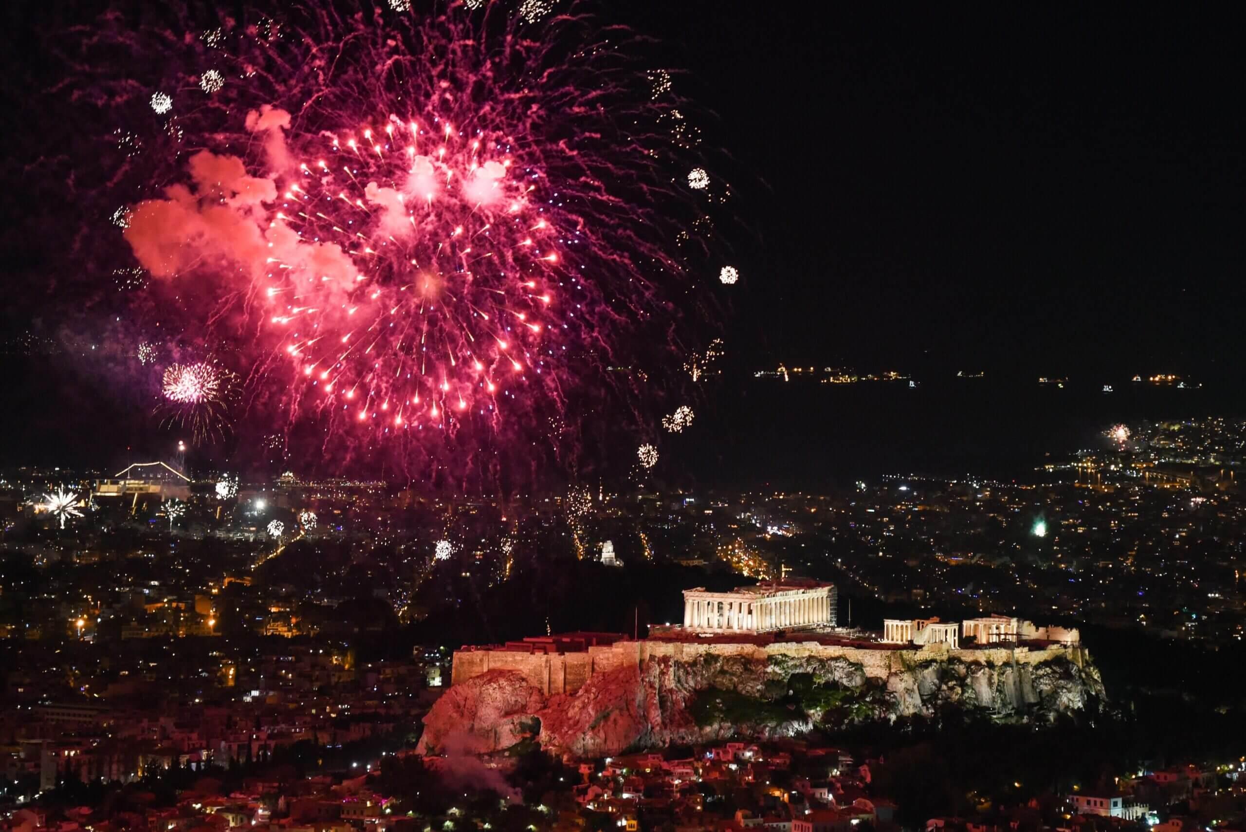Με λάμψη, συναίσθημα και συμβολισμούς υποδέχθηκε το 2021 στον Λυκαβηττό ο Δήμος Αθηναίων