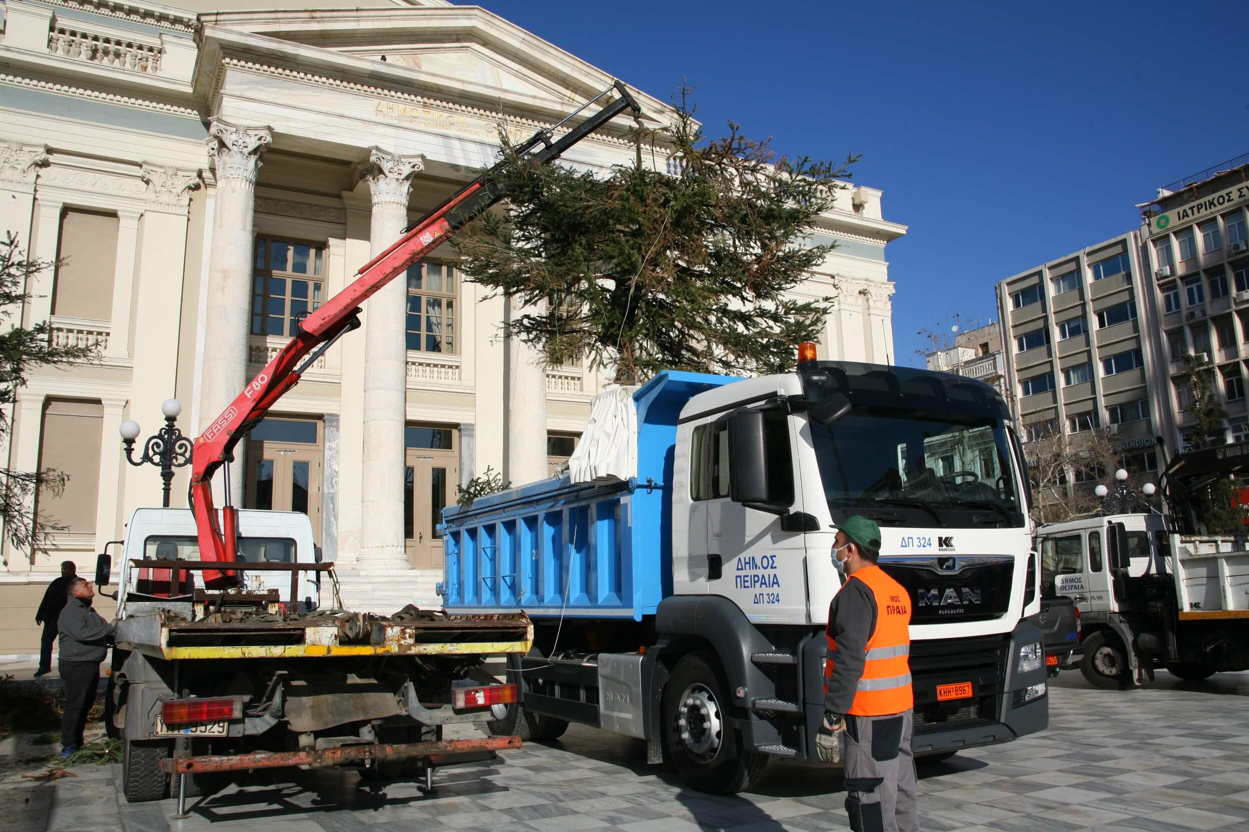 Ο Δήμος Πειραιά ανακυκλώνει τα φυσικά Χριστουγεννιάτικα δένδρα