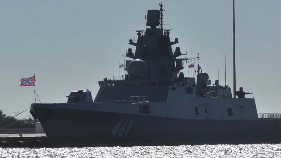 Η ρωσική φρεγάτα «Ναύαρxος Κασατόνοβ» στον Πειραιά (Φώτο)