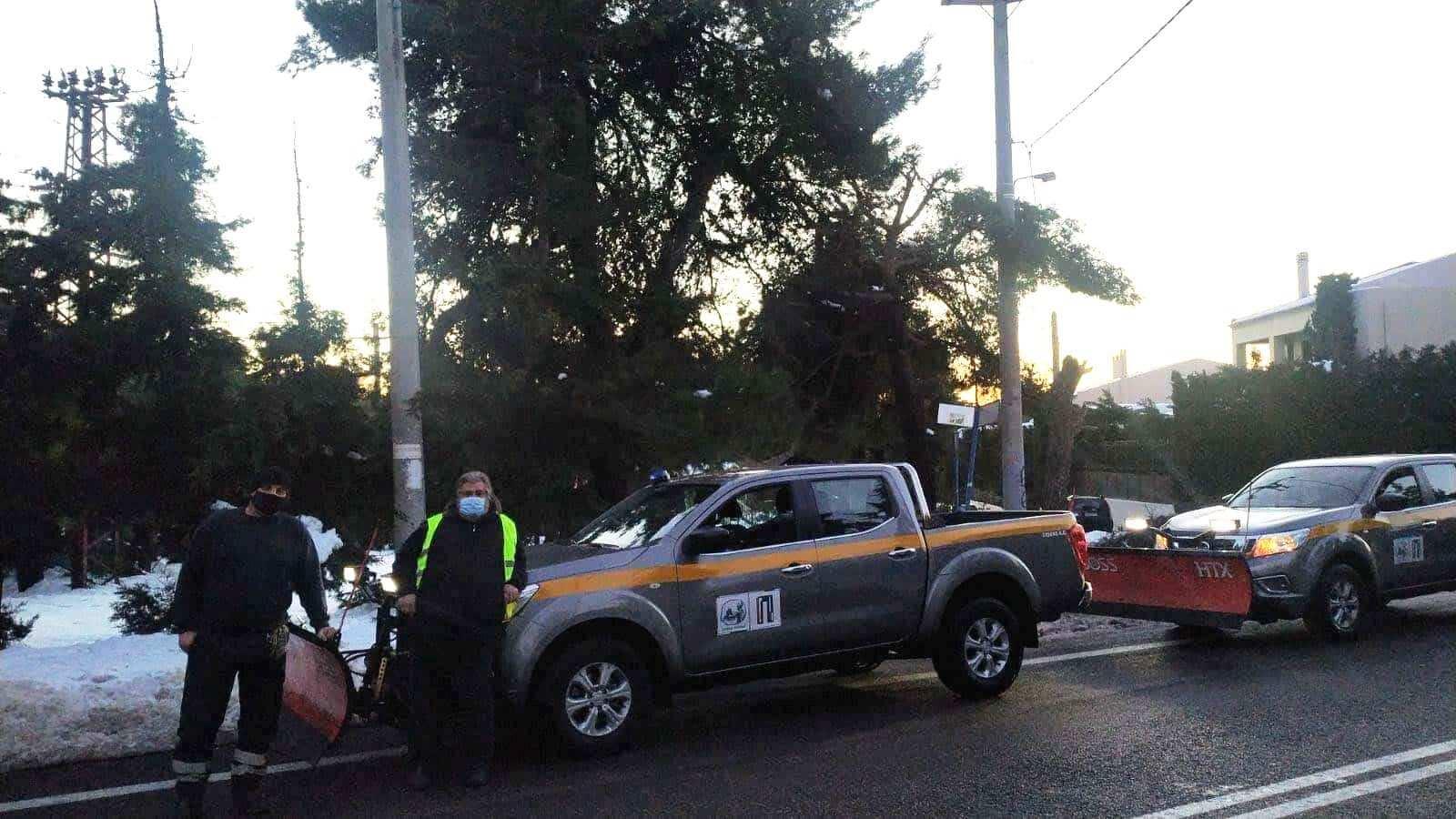 Ο Δήμος Πειραιά απέστειλε δύο ειδικά εκχιονιστικά οχήματα σε Δήμους των Βορείων Προαστίων
