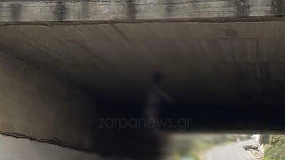 Φρίκη στην Κρήτη : Κρέμασαν σκύλο από γέφυρα