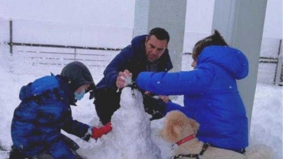 Τσίπρας: Παιχνίδι στα χιόνια με τους γιους του