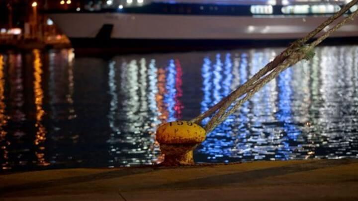 Πειραιάς: Πτώση οχήματος στη θάλασσα με 2  επιβαίνοντες