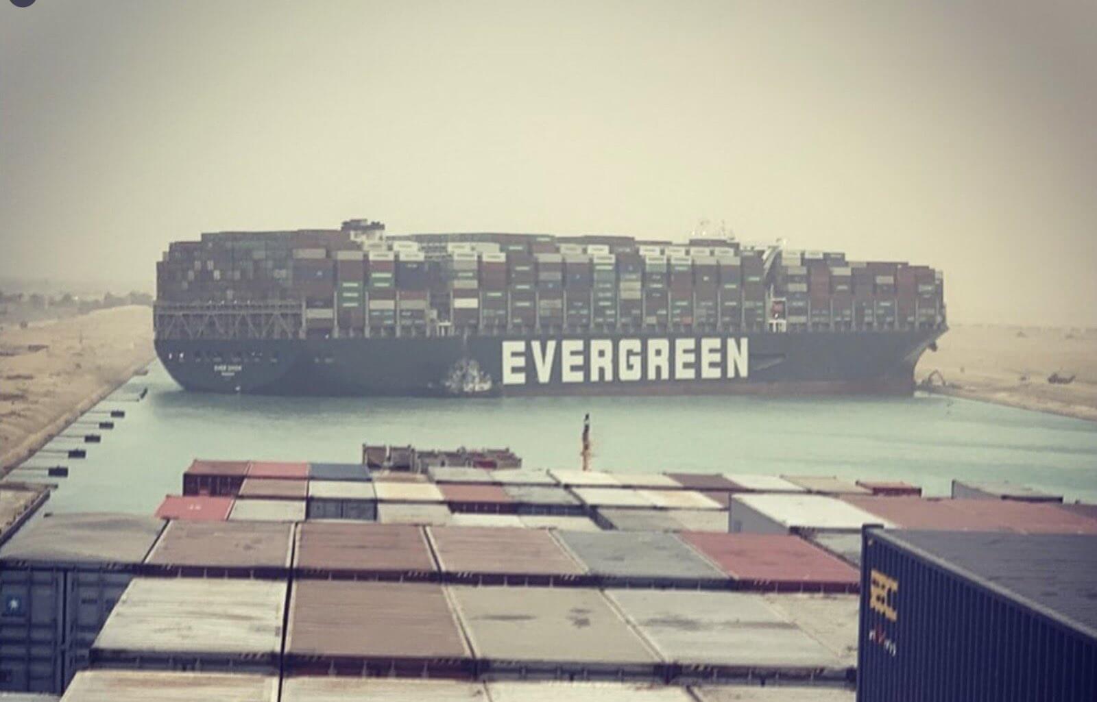 Γιγαντιαίο πλοίο κόλλησε στη διώρυγα του Σουέζ - Γίνονται προσπάθειες αποκόλλησης