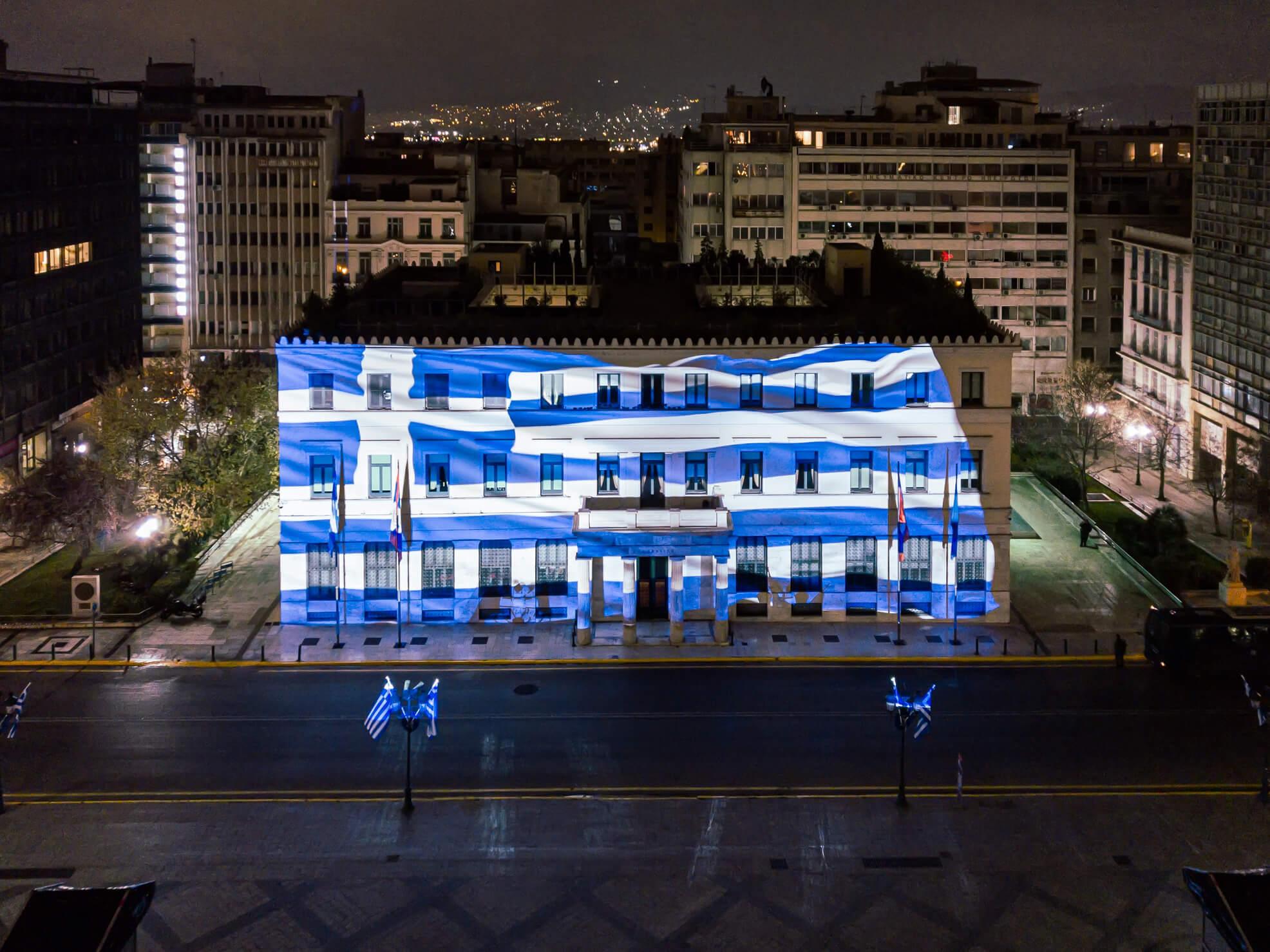 200 χρόνια από την Ελληνική Επανάσταση: 800 σημαίες, 400 θυρεοί και λουλούδια που σχηματίζουν την Ελληνική Σημαία στολίζουν την Αθήνα