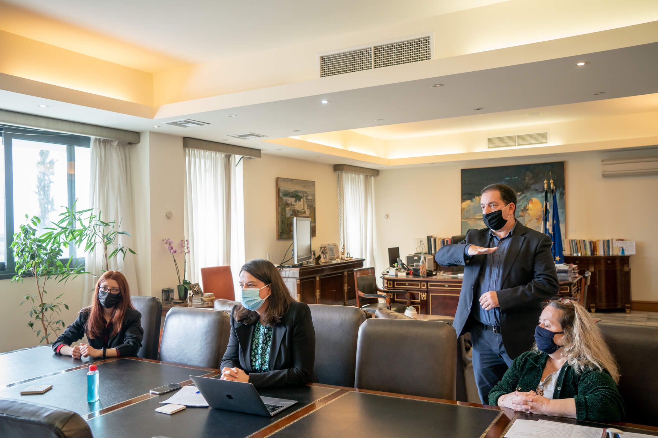 Συνάντηση Κεραμέως με τους δημιουργούς του Εθνικού Ύμνου στην Ελληνική Νοηματική Γλώσσα