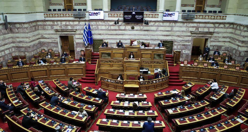 Συνεπιμέλεια: Ψηφίστηκε ο νόμος - Διαρροές από ΝΔ - Ο ΣΥΡΙΖΑ απείχε από την ψηφοφορία που ζήτησε