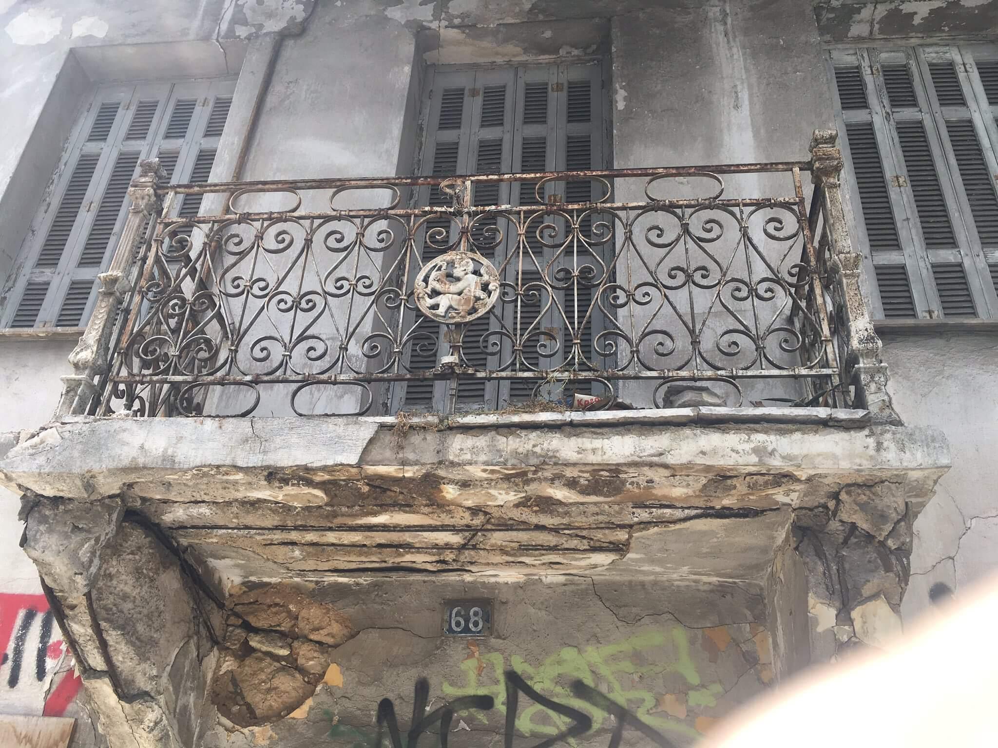 Προσοχή! Ετοιμόρροπο μπαλκόνι στο κέντρο του Πειραιά