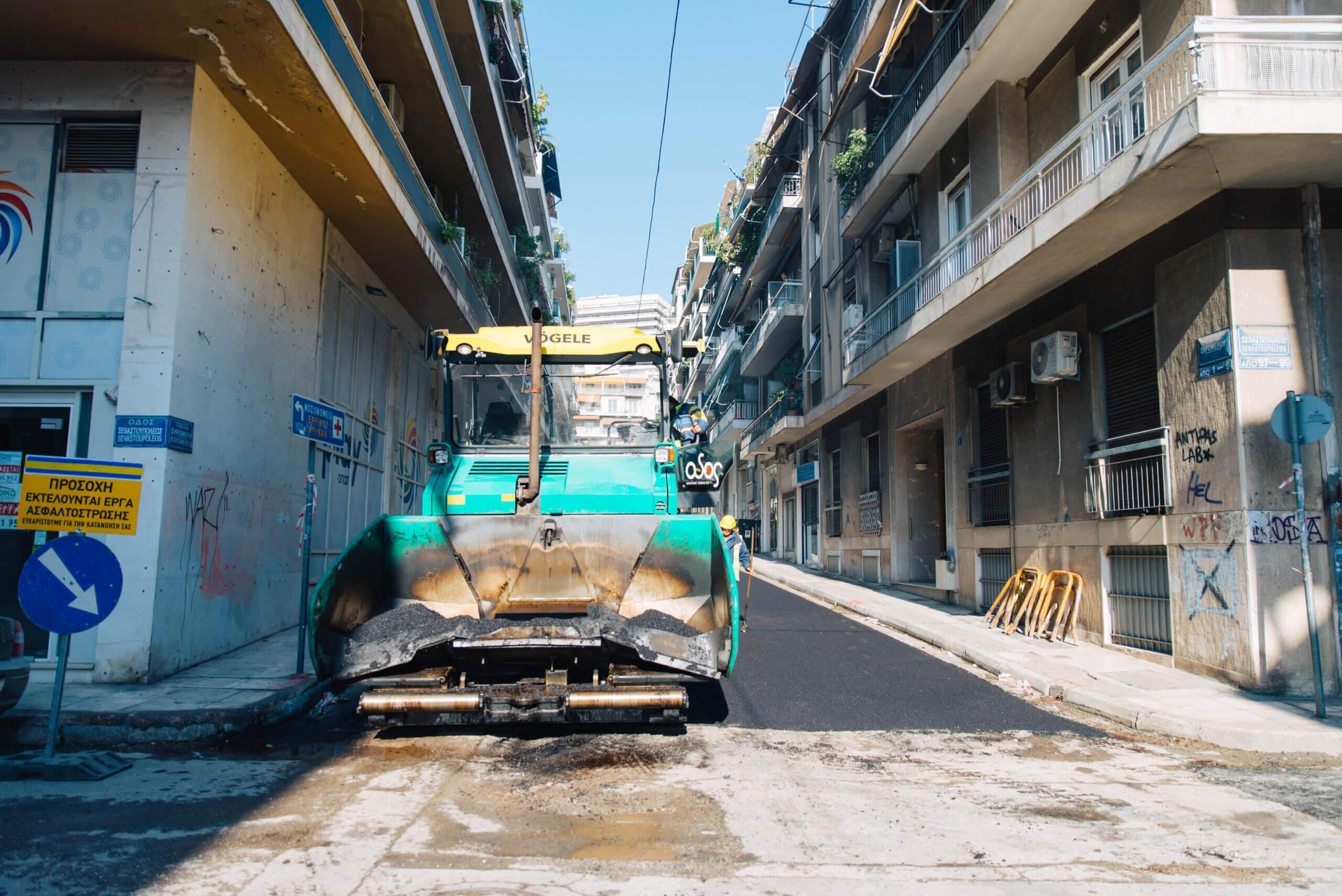 Ασφαλτοστρώθηκαν οι πρώτοι 78 δρόμοι στις γειτονιές της Αθήνας σε τρεις εβδομάδες