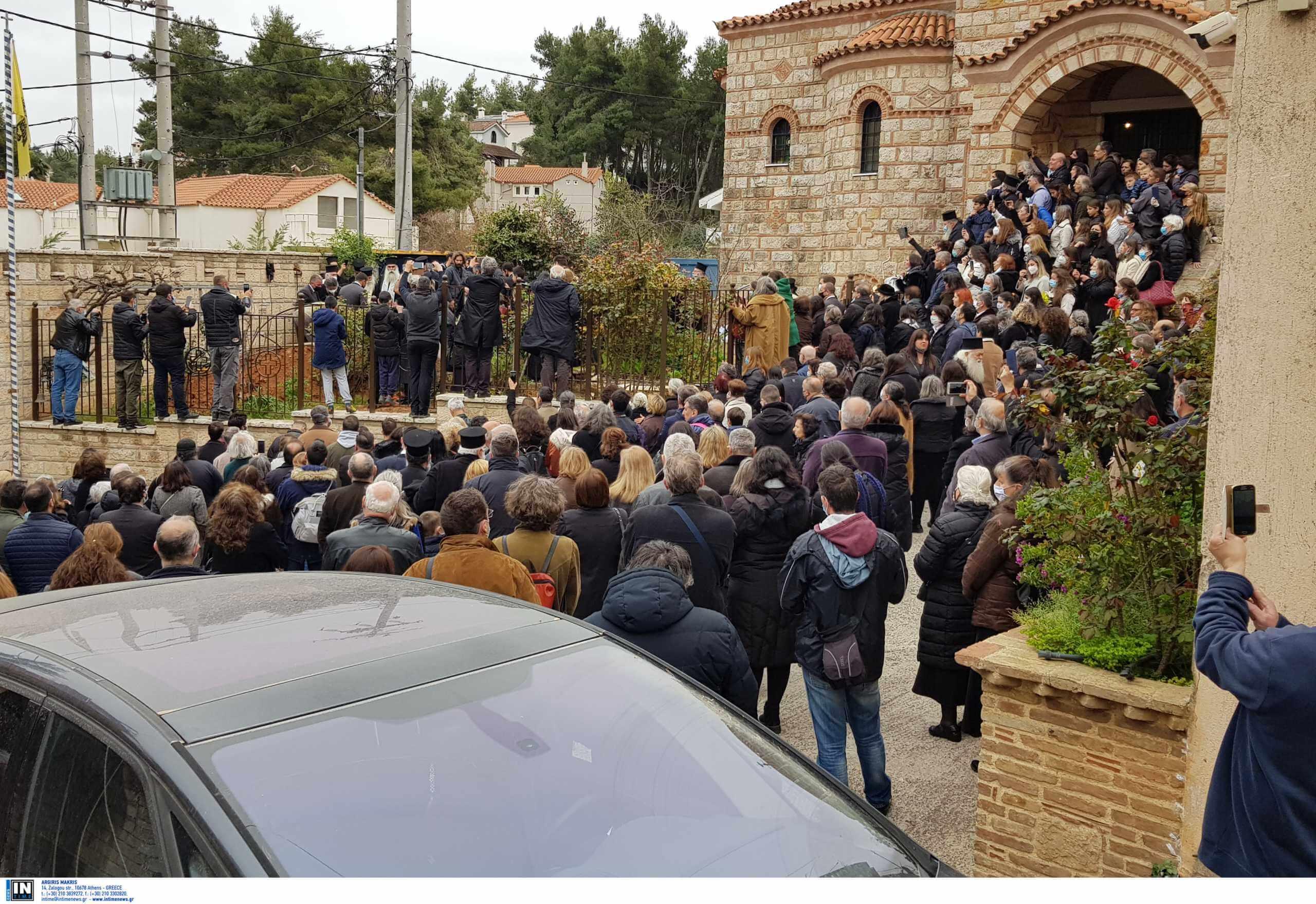Απίστευτος συνωστισμός σε κηδεία Αρχιμανδρίτη στον Άγιο Στέφανο