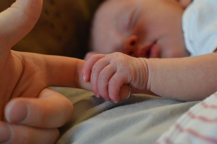 Εγκατέλειψαν νεογέννητο σε χωράφι στον Ασπρόπυργο