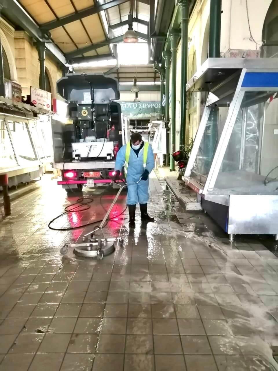 Μεγάλη επιχείρηση καθαριότητας-απολύμανσης στη Βαρβάκειο Αγορά από τον Δήμο Αθηναίων