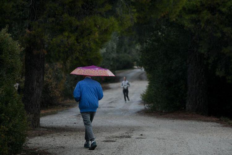 Καιρός (6/4): Ασθενείς βροχές με βελτίωση από το απόγευμα