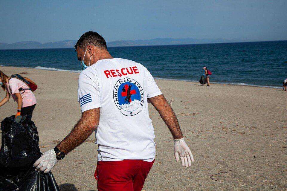 Εθελοντικός καθαρισμός παραλίας Μαυροβουνίου: Μήνυμα για καθαρές ακτές έστειλαν οι συμμετέχοντες