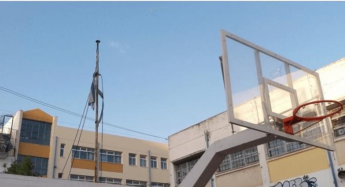 Καταγγελία: Κουρελιασμένη Ελληνική Σημαία σε σχολείο της Δραπετσώνας